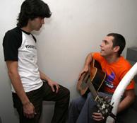 Ivan Ferreiro muestra una canción a Javi, guitarrista de Amaral.