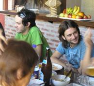 Lisandro Aristimuño y Quique González en una comida del 'Laboratorio Ñ'.