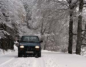 Un coche circula entre la nieve cerca de la localidad oscense de Anso. (Foto: EFE)