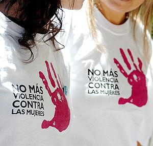 Dos mujeres protestan contra el maltrato en Argentina. (Foto: EFE)