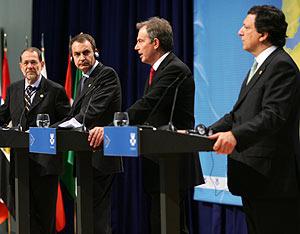 Solana, Zapatero, Blair y Durão, en la rueda de prensa al término de la Cumbre. (Foto: AFP)