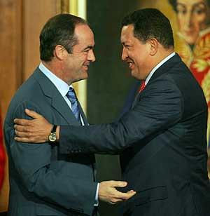 José Bono con el presidente de Venezuela, Hugo Chávez. (Foto: AP):