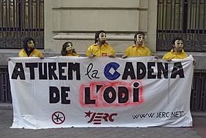 Los enmascarados tras la pancarta. (Foto: Carlos Barajas)