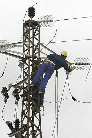Un operario repara una torre en Tenerife. (Foto: AFP)