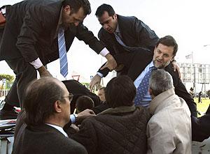 Rajoy es ayudado a salir del helicóptero. (EFE)