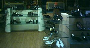 La zapatería de El Cortes Inglés, en penumbra a las 12 del mediodía.
