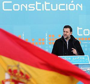 Rajoy, durante su intervención en el acto en la Puerta del Sol. (Foto: EFE)