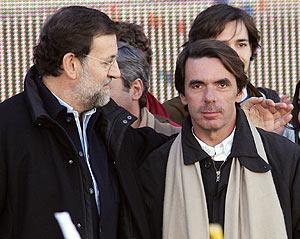 El presidente del PP junto a Aznar. (Foto: EFE)