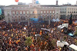 Vista aérea de la Puerta del Sol, durante el acto del PP. (Foto: EFE)