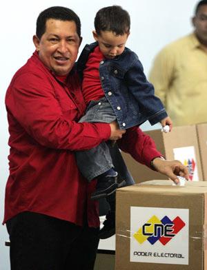 Hugo Chávez mientras deposita su voto. (AP)