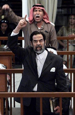 El ex dictador Sadam Husein protesta en el juicio. (EFE)