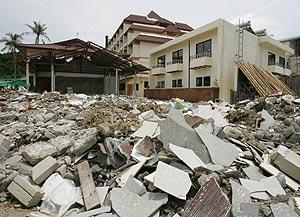 Estado en el que quedó una playa tras el paso del tsunami. (Foto: AP)