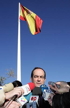 José Bono, tras la izada de la bandera en Madrid. (Foto: EFE)
