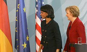 Condoleezza Rice y Angela Merkel, durante la reunión. (Foto: REUTERS)