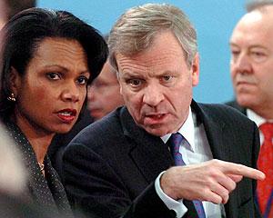 La secretaria de Estado de EEUU y el secretario general de la OTAN. (Foto: EFE)
