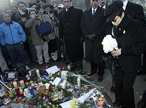 Yoko Ono deposita flores blancas en el mosaico 'Imagine' en memoria de Lennon. (Foto: REUTERS)
