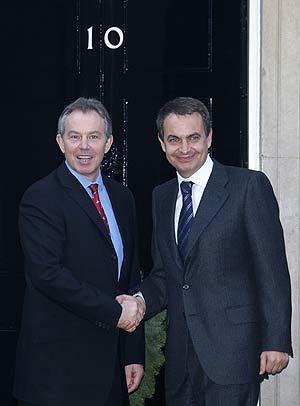 Zapatero y Blair, antes de iniciar la reunión en Downing Street. (Foto: AP)