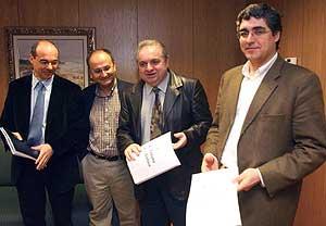 Los socialistas Ismael Rego (2º por la dcha.) y Abel Losada (2º por la izda.) reciben una copia de la propuesta del BNG, de manos de Francisco Jorquera (izda.) y Carlos Aymerich. (Foto: EFE)