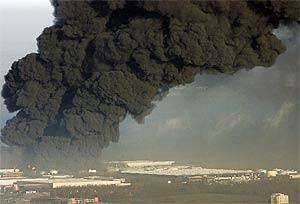 La nube de humo, varias horas después de la explosión. (Foto: REUTERS)