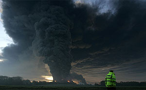 Imagen del incendio del almacén de combustible. (AP)