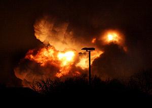 El combustible, ardiendo anoche en Buncefield. (Foto: AP)
