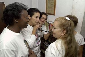 Las Damas de Blanco siguen la ceremonia desde Cuba por teléfono. (Foto: EFE)