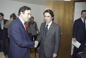 Pedro J. Ramírez junto a José María Aznar en la presentación de El Triunfo de la Información. (Foto: ALBERTO CUELLAR)