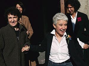 Beatriz Gimeno (izda.) y Boti G. Rodrigo (dcha.), tras contraer matrimonio. Detrás, Inés Sabanés y Pedro Zerolo. (foto: EFE)