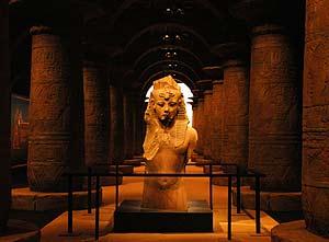 El coloso de Tutankamón da la bienvenida los visitantes. (Foto: EFE)