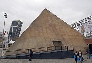 la exposición ha construido en el exterior del recinto una pirámide de 18 metros. (J. Martínez)