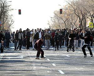 Varios jóvenes lanzan piedras y huevos a la policía. (EFE)
