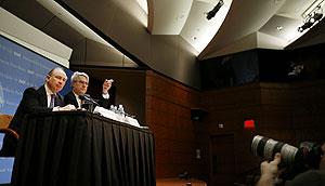 El director del FMI , Rodrigo Rato y el portavoz, Thomas Dawson. (Foto: REUTERS)