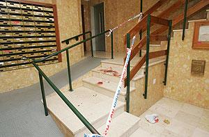 Manchas de sangre en el portal de la víctima. (Foto: Antonio Pastor)