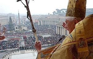 El Papa Benedicto XVI imparte la bendición ''Urbi et Orbi''. (Foto: EFE)