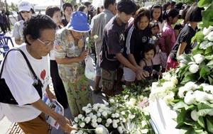 Algunas personas homenajean a las víctmas en Tailandia. (Foto: AP)