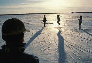 Niños innu jugando en la superficie helada del Lago Dominion. (Foto: © Survival International)