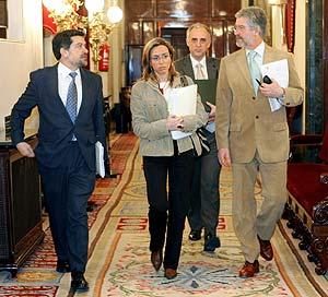 De izquieda a derecha, el secretario 3ª de la Mesa, Javier Berrero López (PSOE); la vicepresidenta primera, Carme Chacón; y el presidente, Manuel Marín. (Foto: EFE)