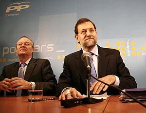 Mariano Rajoy (dcha.), junto a Josep Piqué. (Foto: Santi Cogolludo)