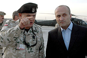 El primer ministro polaco en la base 'Echo' de Diwaniya. (Foto: EFE)