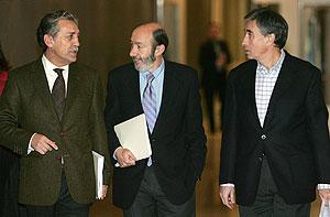 El secretario general del PSOE en el Congreso, Diego López Garrido; el portavoz en el Congreso, Alfredo Pérez Rubalcaba; y el portavoz socialista en la Comisión Constitucional, Ramón Jáuregui. (Foto: EFE)