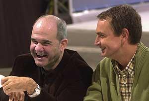 Zapatero bromea con el presidente del PSOE en una bodega de Sanlúcar. (Foto: EFE)