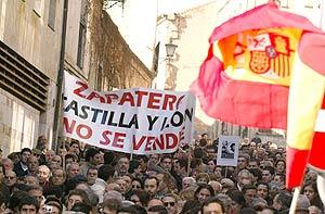 Momento de la manifestación ante el Archivo de la Guerra Civil. (Foto: EFE)