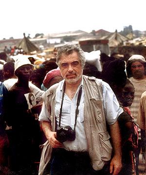 Imagen de Carlos Cáceres Monteiro en un mercado de Luanda en 1996. (Foto: EL MUNDO)