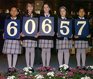 Las niñas del colegio de San Ildefonso muestran el primer premio. (Foto: EFE)