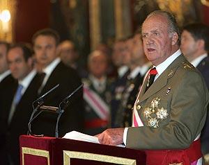 El Rey, con Zapatero y Bono al fondo, durante su discurso con motivo de la Pascua militar. (Foto: EFE)