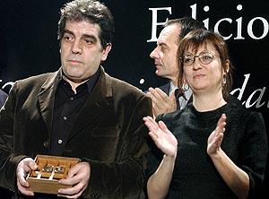 Eduardo Lago y la finalista, Marta Sanz, durante la gala. (Foto: EFE)