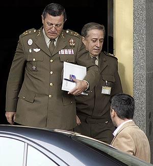 Mena Aguado (izda.) abandona el Ministerio tras reunirse con Bono. (Foto: AFP)