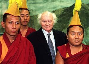 Harrer, con varios monjes tibetanos, en una imagen de 1995. (Foto: AP)