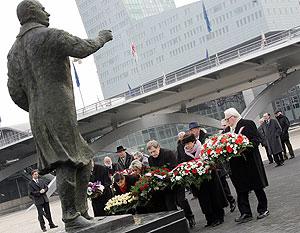 Momento en el que se deposita una corona de flores ante la estatua de Mitterrand. (Foto: AFP)