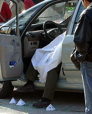 El cadáver del conductor. (Foto: EFE)